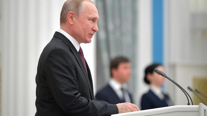 Обувь - это просто обувь: Журналист развенчала сакральный смысл кроссовок Путина