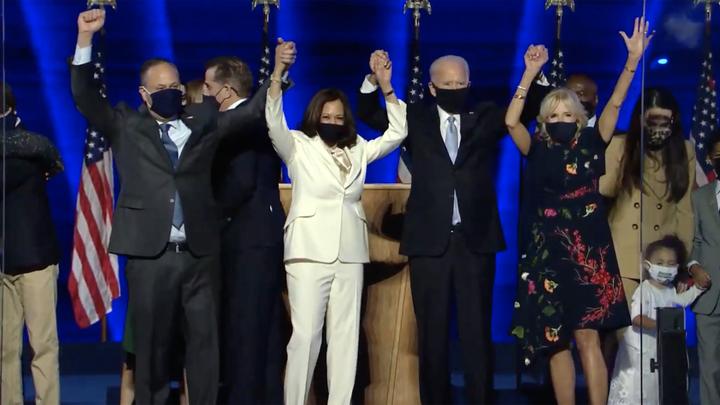 Мы покорно принимаем эту победу: Дикий танец Байдена и Харрис попал в прямой эфир