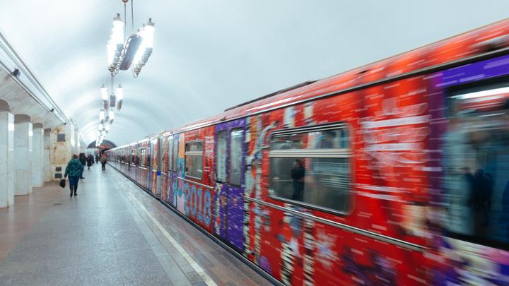 ЧП в метро Москвы: 15-летняя школьница едва не стала жертвой идущего поезда