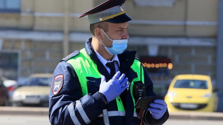 Очень неожиданно: Пассажир метро без маски получил подарок от полицейского