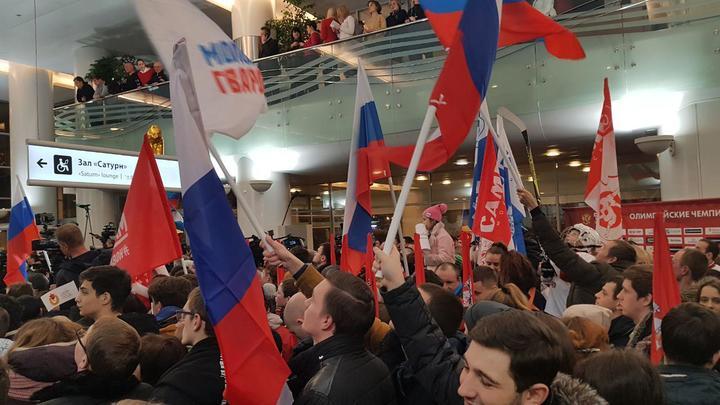 Олимпийцев встретили флагами России и национальным гимном