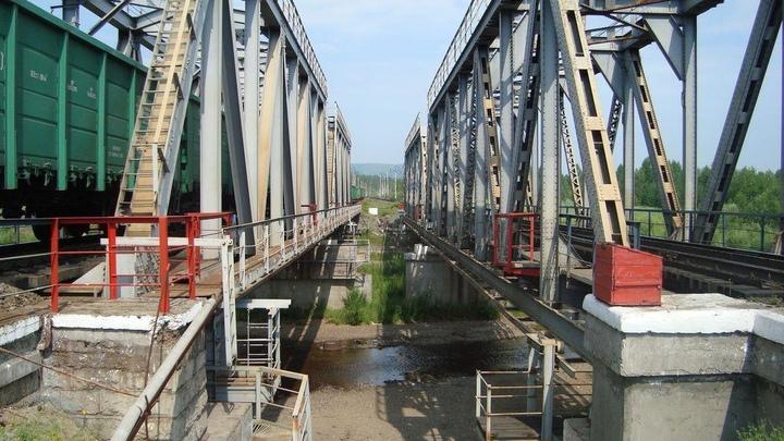 В Сретенском районе из-за обрушения моста произошла задержка поезда