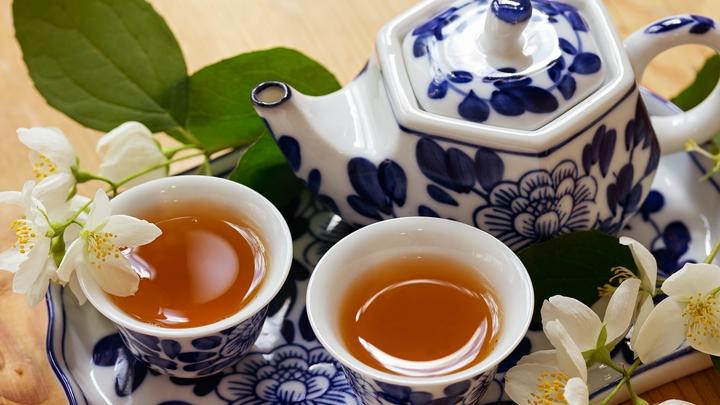 Врачи рекомендовали заменить кофе на зелёный чай, чтобы реже посещать двух специалистов