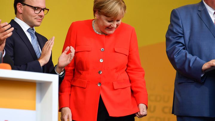 Меркель закидали помидорами на предвыборном митинге в Гейдельберге