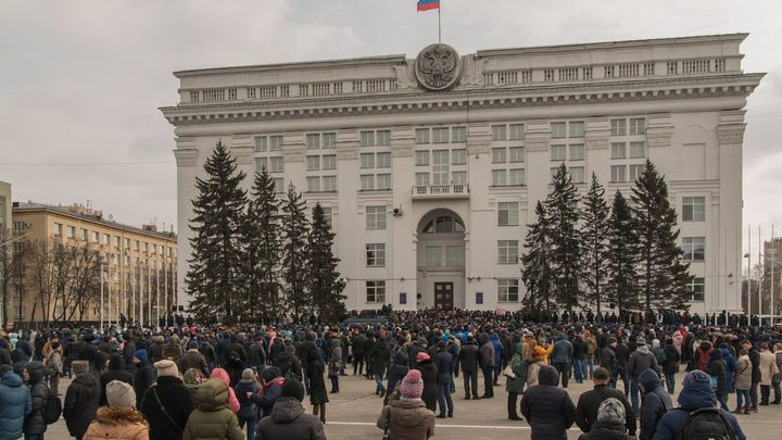 Наедине с бедой никого не оставим: Тулеев встретился с родственниками жертв трагедии в Кемерове
