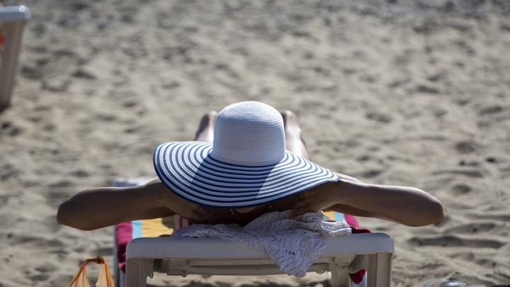Штраф и конфискация: Первая в мире страна ввела запрет на солнцезащитные кремы