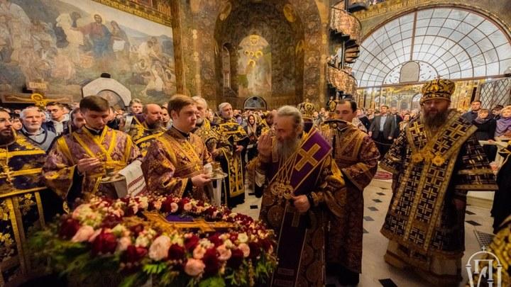«Сила, побеждающая дьявола»: Православная Украина поклонилась Животворящему Кресту Господню