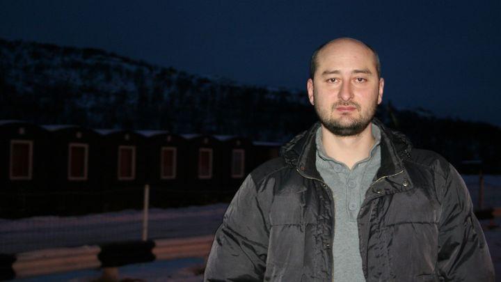 На коленях ползал, в уши орал: Бабченко перешёл на русский мат после речи Зеленского перед пустым залом