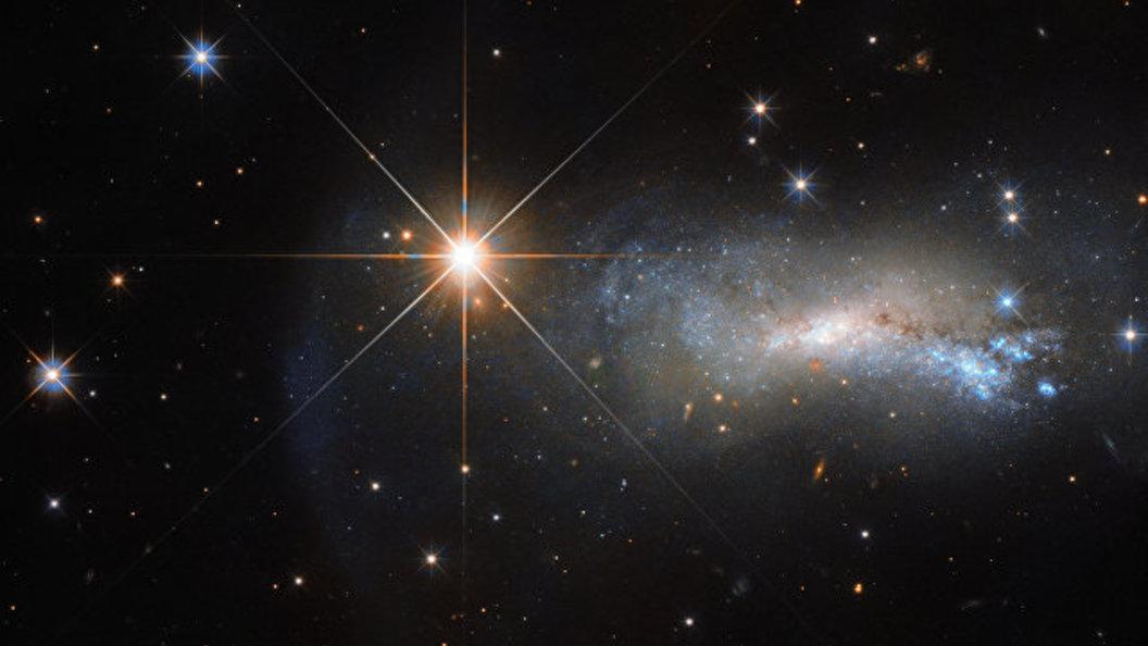 Фото: Единственная звезда затмила яркостью целую галактику