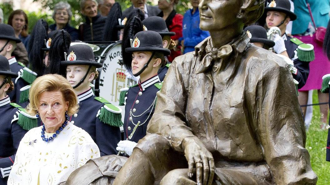 Королева Норвегии со свитой из мигрантов прогулялась по лесу