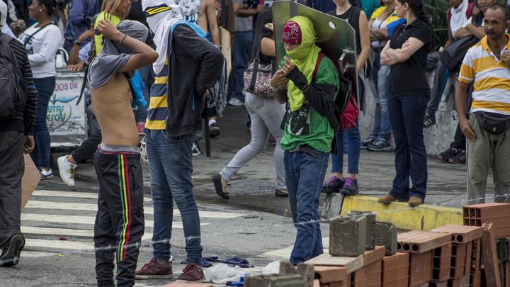 Протестующих в Венесуэле просят расширять баррикады в преддверии выборов
