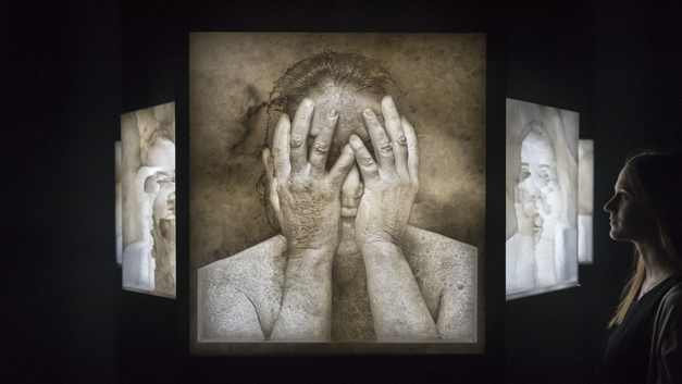 «Бабушку перформанса» ударили ее собственным портретом во Флоренции – видео