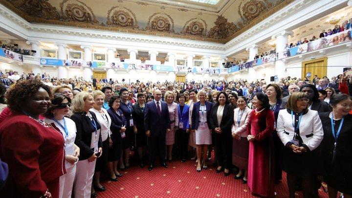 Взяли в плотное в кольцо: Участницы женского форума дорвались до селфи с Путиным