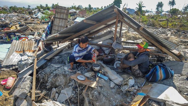 После землетрясения в Индонезии военным приказали расстреливать мародеров