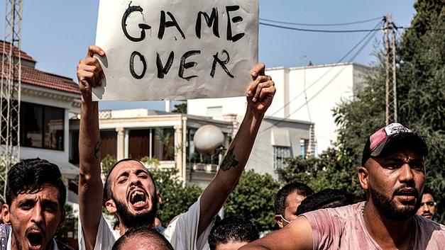 Противостояние власти с исламистами грозит революцией в Тунисе