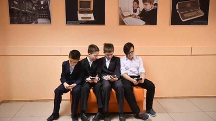 «Помериться умом, а не гаджетами»: Школьникам предложили перейти на дешевые телефоны