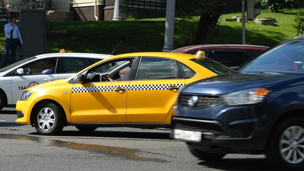 Во Внуково таксист закинул парковщика на капот, пытаясь сбить его
