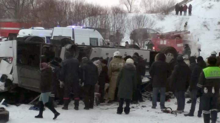 Протащило боком, и - крышей вниз: Водитель погиб, а раненые пассажиры пытались сами вытащить людей из покореженного автобуса
