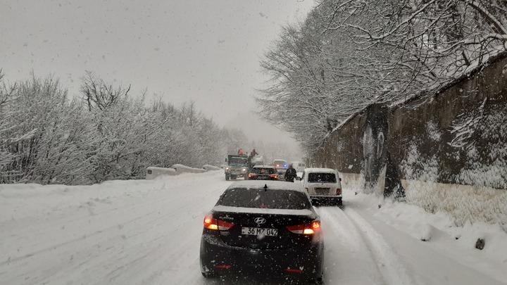 Снегопад под Дилижаном стал причиной крупной аварии