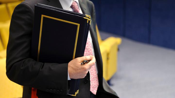 Это не признание: Чиновник свалил на коллег вину за свое фото с табличкой Денег нет и не будет
