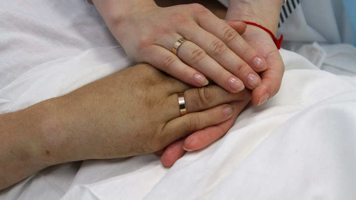 В Кузбассе женили лежащего без сознания мужчину. Он умер, не успев об этом узнать