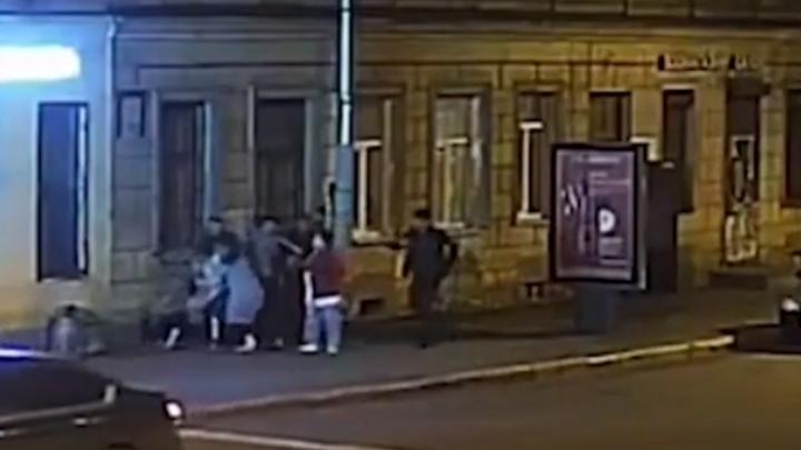 Азиатки устроили в Петербурге массовую драку на улице Радищева