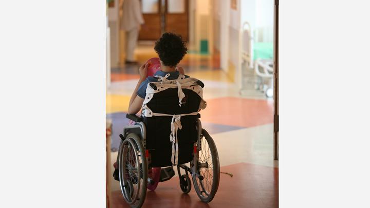 Зачем мне смотреть на ваших инвалидов? В Миассе жильцы дома вынудили больных детей ходить через окно