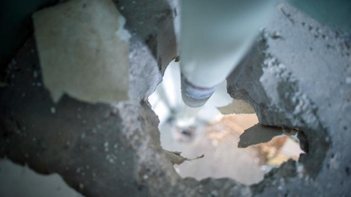 На стенах плесень и трещины, в полу сквозные дыры: Родители боятся отпускать первоклашек в подмосковную школу