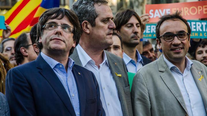 Испанцы, встречающие соратников Пучдемона, пели им песни и желали отправиться в тюрьму