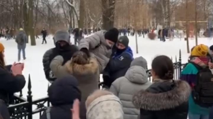 Упала на асфальт в толпе: полицейские помогли женщине во время незаконного митинга в Петербурге