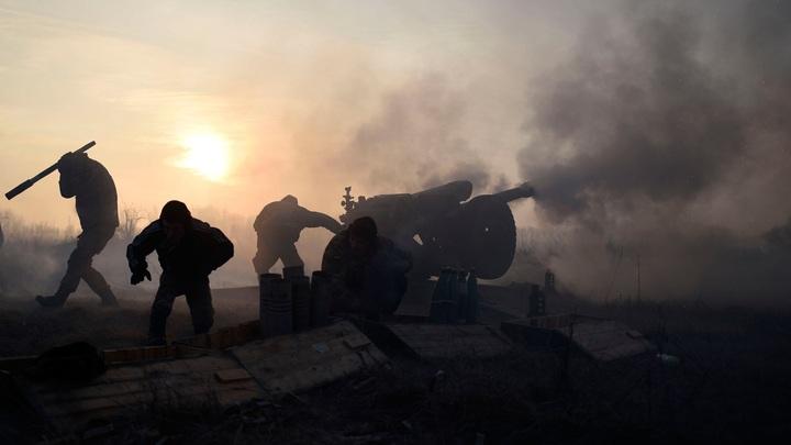 В результате обстрела карателей ВСУ в Донбассе загорелся жилой дом