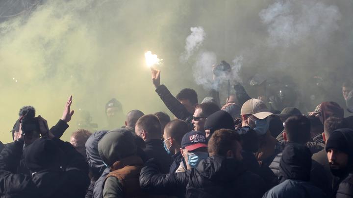Лидер Нацкорпуса запрыгнул намашину в кортеже Порошенко, когда президент Украины сбегал от толпы