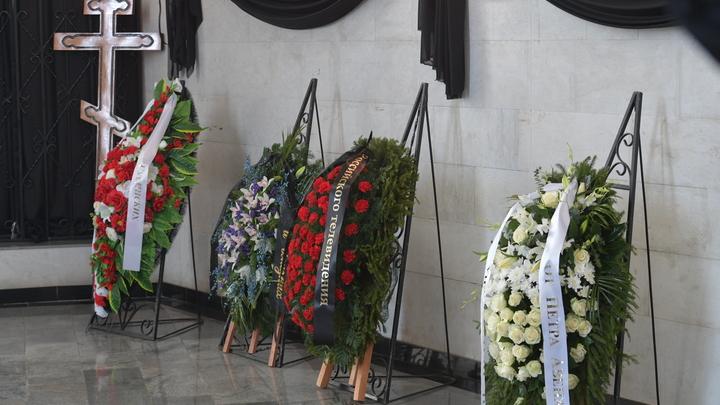 Живую на надгробье: В Екатеринбурге женщина намерена судиться из-за своего снимка на памятнике