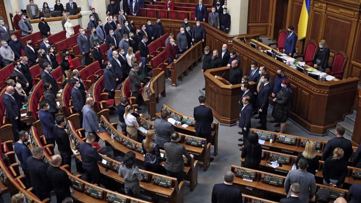 На Украине придумали новый вид дискриминации: Граждан с паспортом России хотят лишить прав