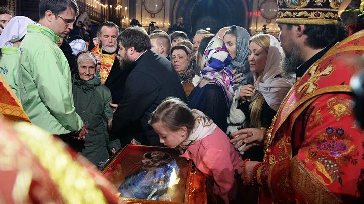 Желающие приложиться к мощам Николая Чудотворца петербуржцы стоят по 5 часов