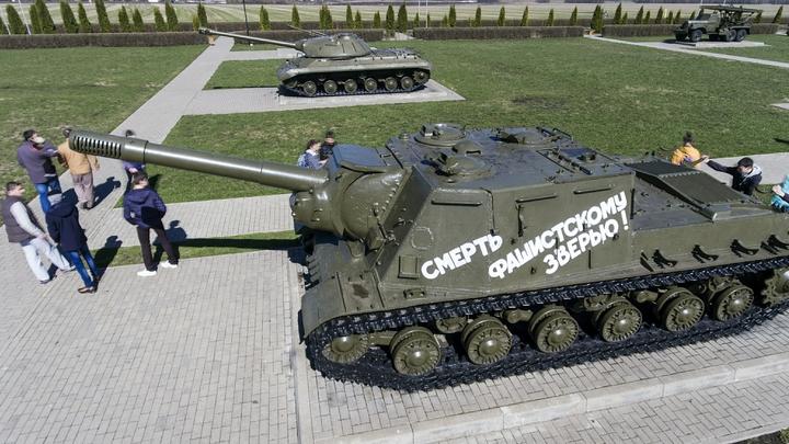 «Погуглите, как загружались пьяные ВСУ»: Военный эксперт прокомментировал истерику из-за опрокинувшегося в Курске танка