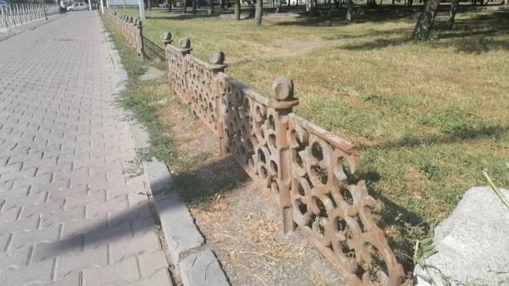 В Новосибирске задержали похитителей чугунного забора у памятника воинам-афганцам