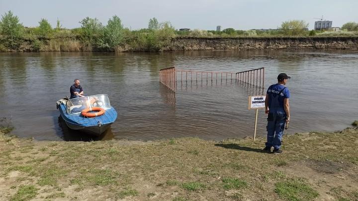 В Кургане спасатели выгоняют из воды купающихся