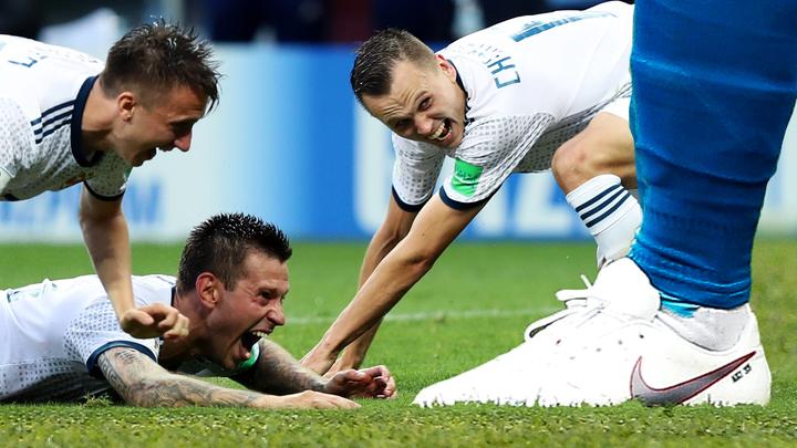 Жующие болельщики и нога Акинфеева: Победа над Испанией в мемах и жабах