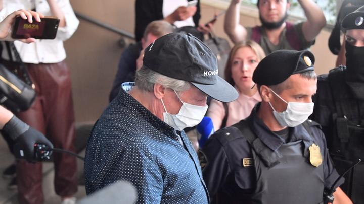 Схватили за руку и стали толкать: В суде по делу Ефремова напали на журналистку