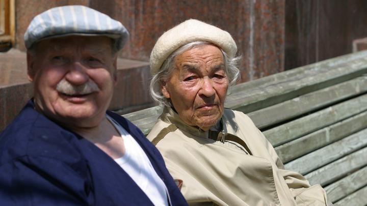 О чём-то мило болтают и идут со скоростью 3 метра за 5 минут: Счастливый брак Форреста Гампа заставил расчувствоваться граждан России