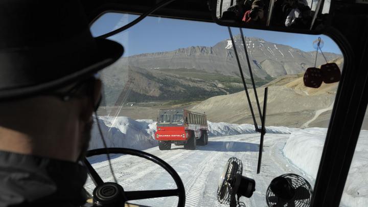 Туристический автобус протаранил толпу в Канаде