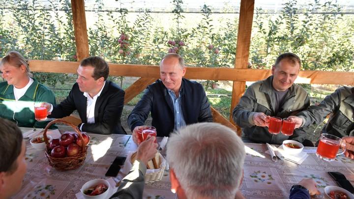 «Так выглядит угнетенный тираном народ»: Толпа восторженных жителей Минвод окружила Путина