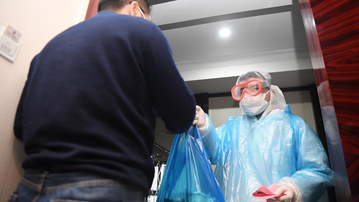За неделю покормили лишь дважды: В Китае подросток с ДЦП умер, пока его отец лежал в карантине - Reuters