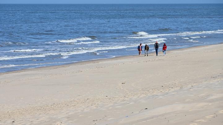 Дышать можно, но на расстоянии: Роспотребнадзор разрешил снять маски на пляжах