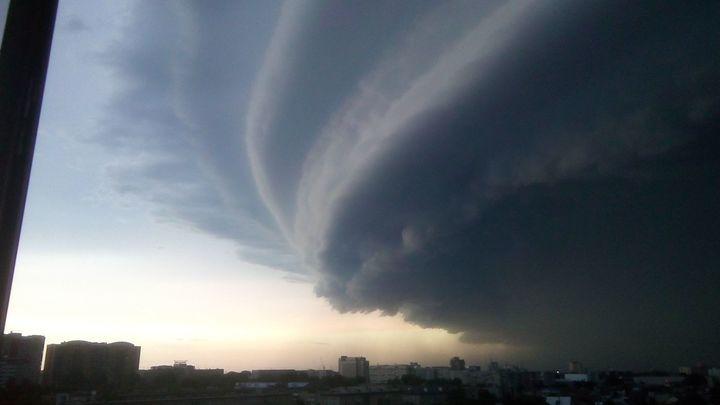 В Барнауле ураган повалил башенный кран, есть жертвы