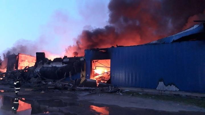 В подмосковной Рузе пожар на предприятии 12 часов тушат пожарный поезд и сотня спасателей