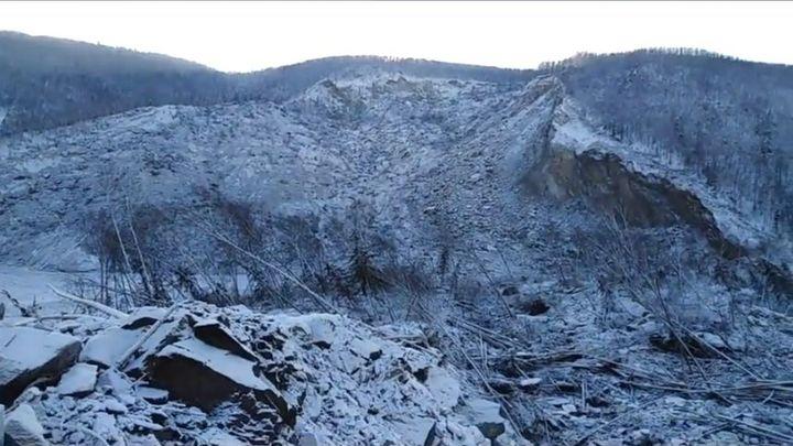 Потоки грязи и эшелоны техники: МЧС показало последствия прорыва дамбы в Красноярском крае