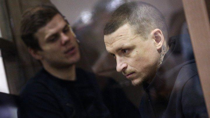 Кокорин и Мамаев вышли из колонии: В молчании, с толпой журналистов и подарком