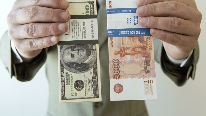 Доллар и евро упали на фоне роста цен на нефть